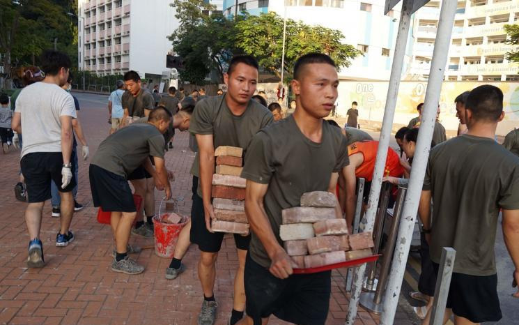 香港乱局延烧五个月后,中国人民解放军驻港部队昨天终于出动!